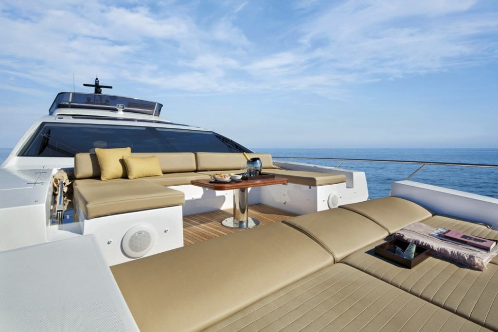 This is a photography of Azimut 77