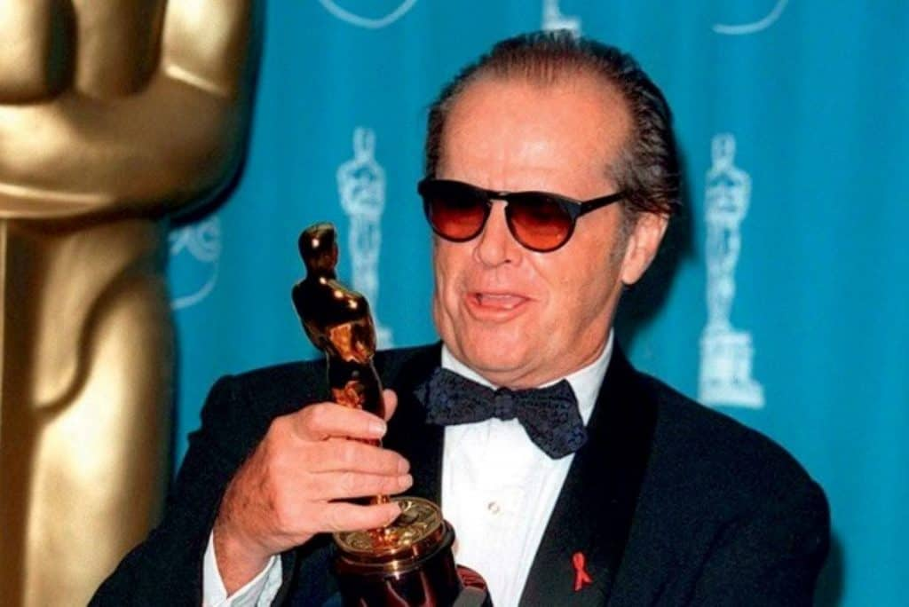 Thisi a photography of a Jack Nicholson holding Oscar