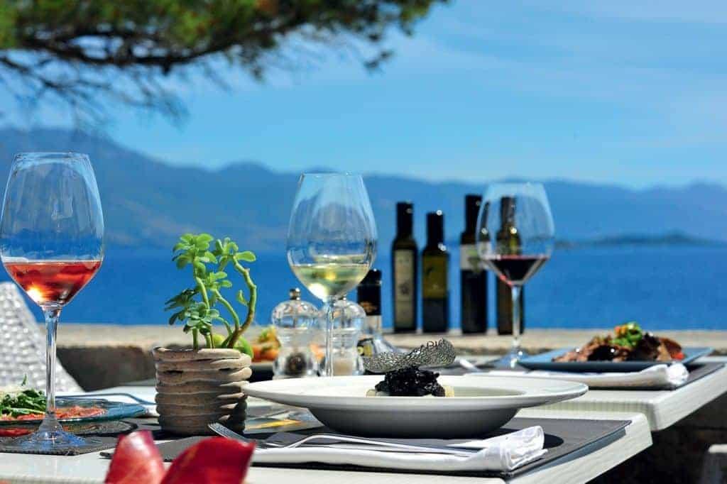 Korčulanski restoran s pogledom na more