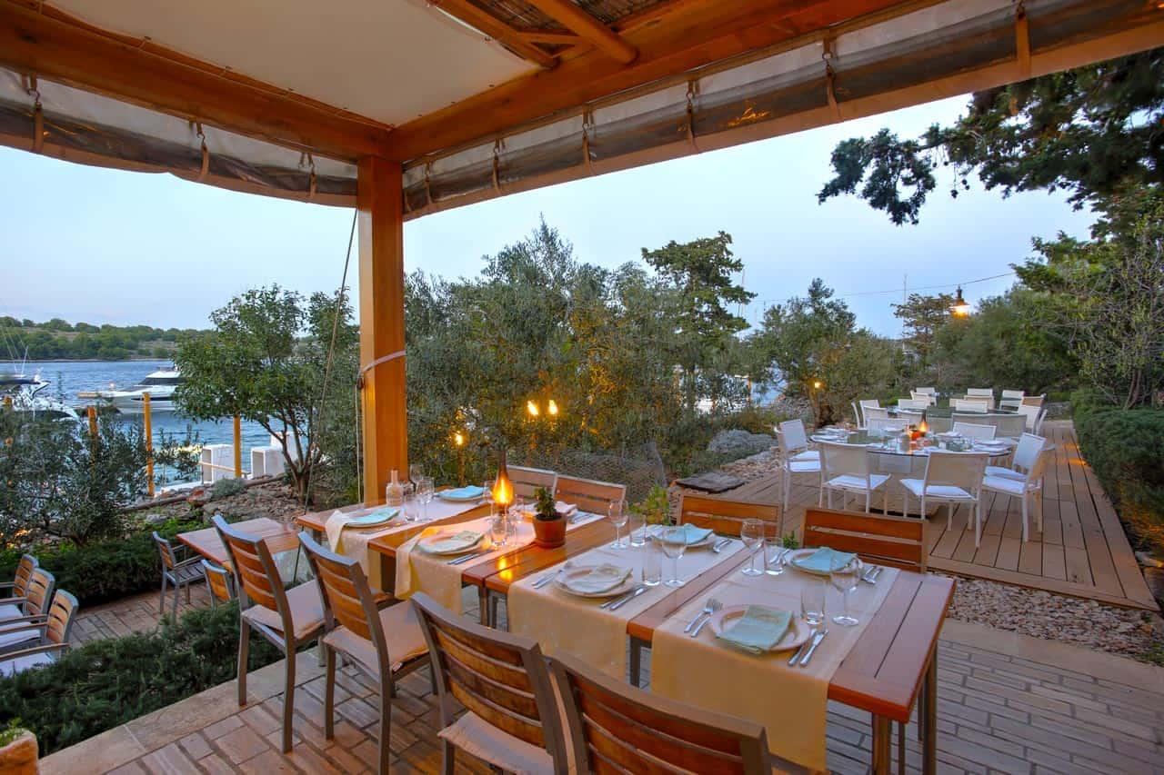 Restoran Fešta na otoku Žutu