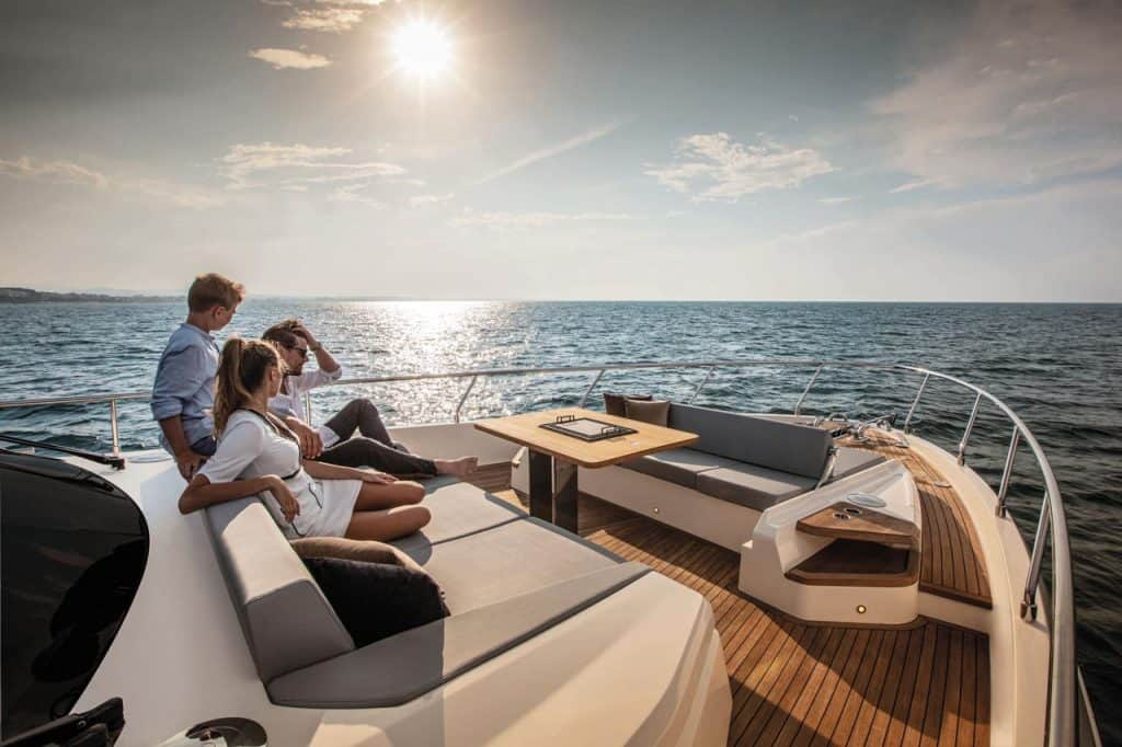ferretti-yachts-najava-720-01