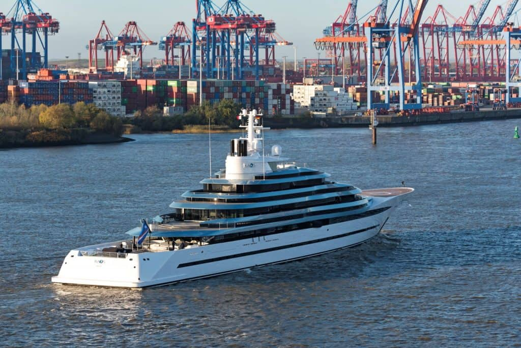 This is a photograph of a Lurssen Kaos in Hamburg 01