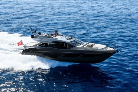 This isa photograph of a Sunseeker 74 Sport Yacht Crusing 01