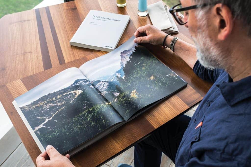 Ovo je fotografija chefa Norbert Niederkofler Cook The Mountain Knjiga