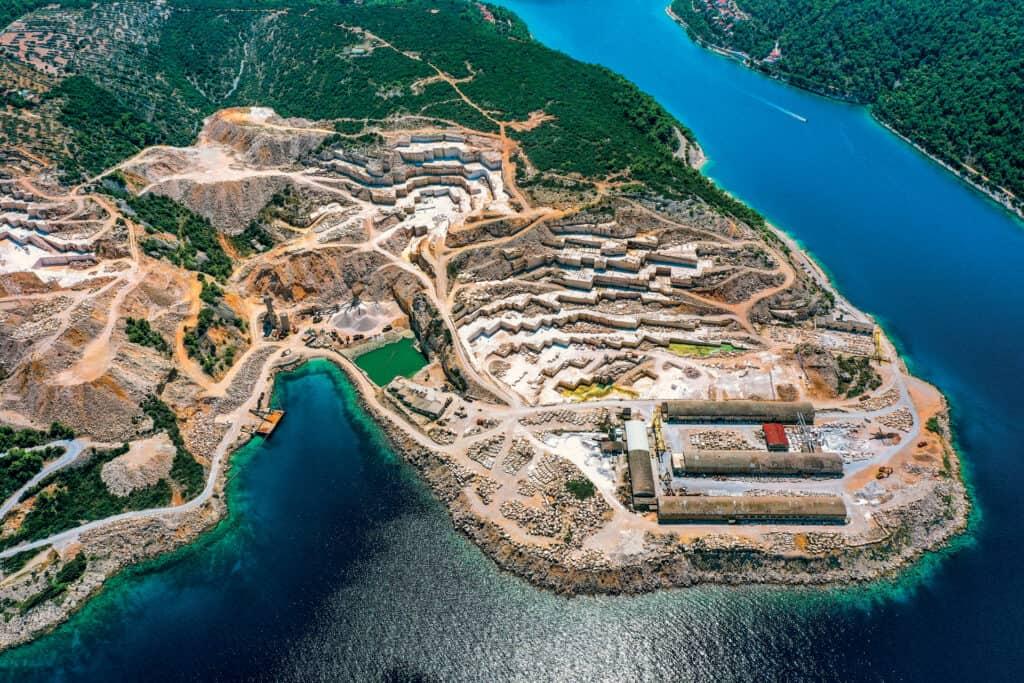 Ovo je fotografija Pučišća iz zraka, kamenolom