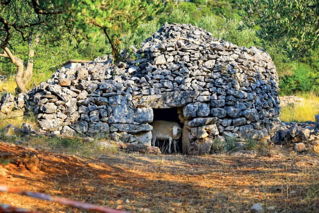 Ovo je fotografija starih kamenih kućica Brač