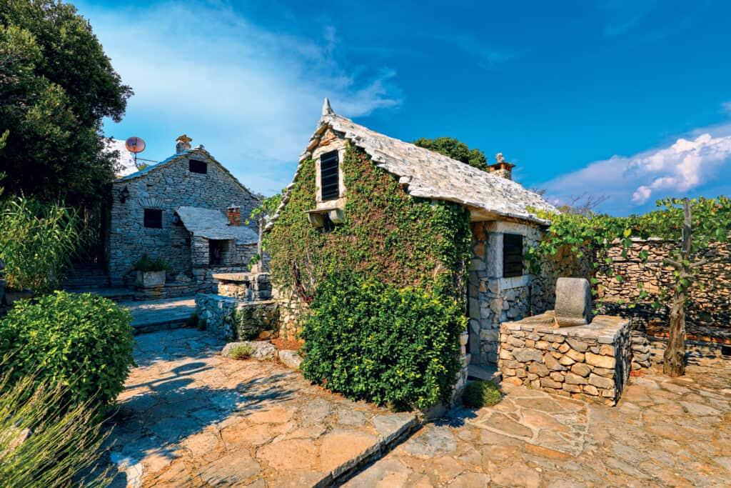 Ovo je fotografija stare kamene kućice na otoku Braču